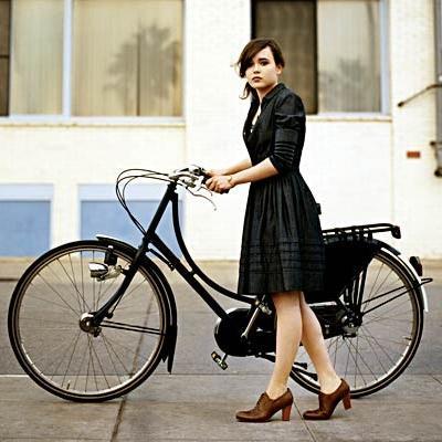 Эллен Пейдж на велосипеде круизере