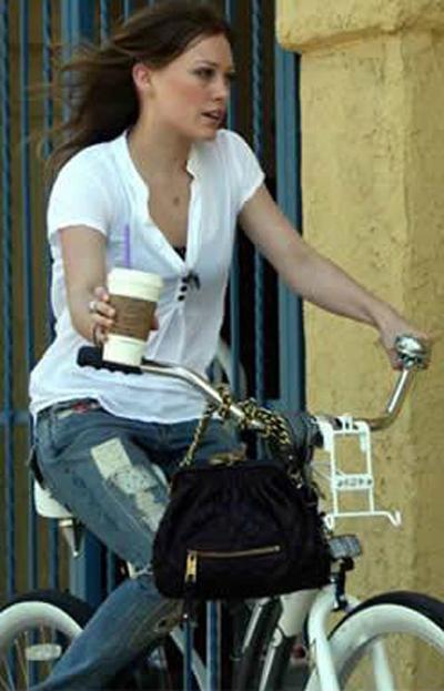 Дженнифер Лав-Хьюит на велосипеде круизере