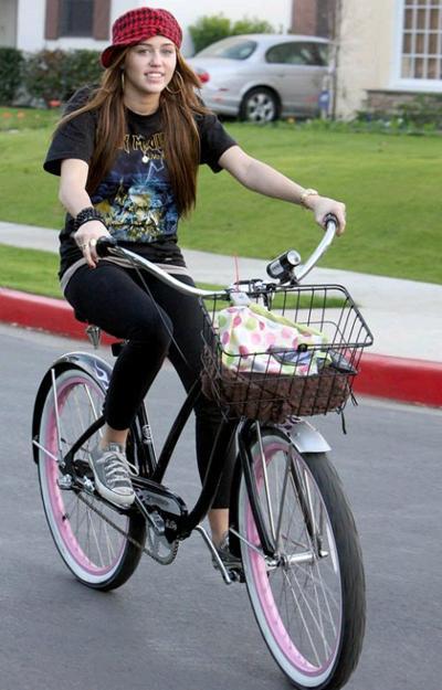 Майли Сайрус на велосипеде круизере